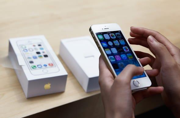 """Apple has a """"War Room"""" to monitor iOS 8 problems as they emerge on social media"""
