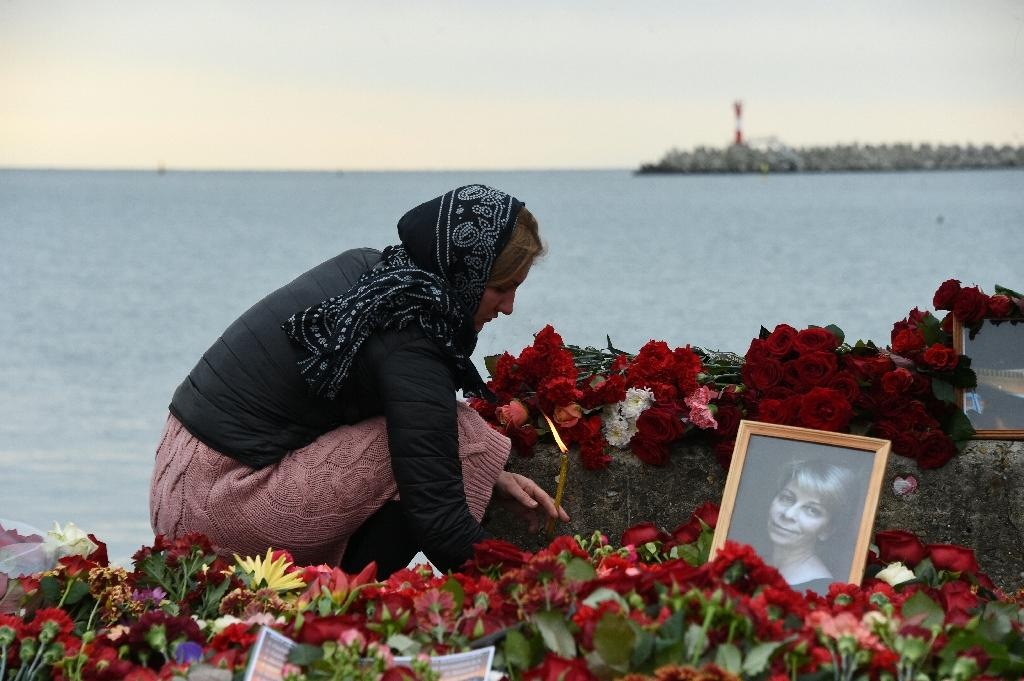 A woman mourns one of the 92 victims of the Black Sea plane crash, at a makeshift memorial in Sochi, on December 27, 2016 (AFP Photo/VASILY MAXIMOV )