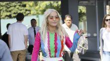 Rita Ora y su vestido multicolor en los Universal de California