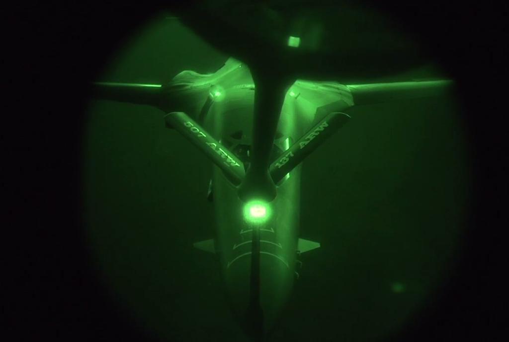 A US Air Force B-1B Lancer refuels in the US Central Command area of responsibility prior to strike operations in Syria on September 27, 2014 (AFP Photo/)