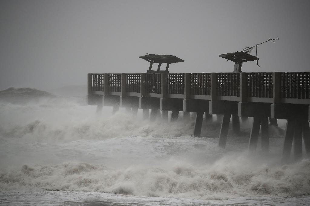 Large waves caused by Hurricane Matthew pound the Jacksonville Pier in Florida, on October 7, 2016 (AFP Photo/Mark Wilson)