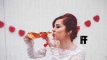 Mulher faz álbum de casamento com o grande amor de sua vida: uma pizza!