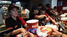 Denuncia a KFC pidiendo 18 millones por ponerle poco pollo en el menú