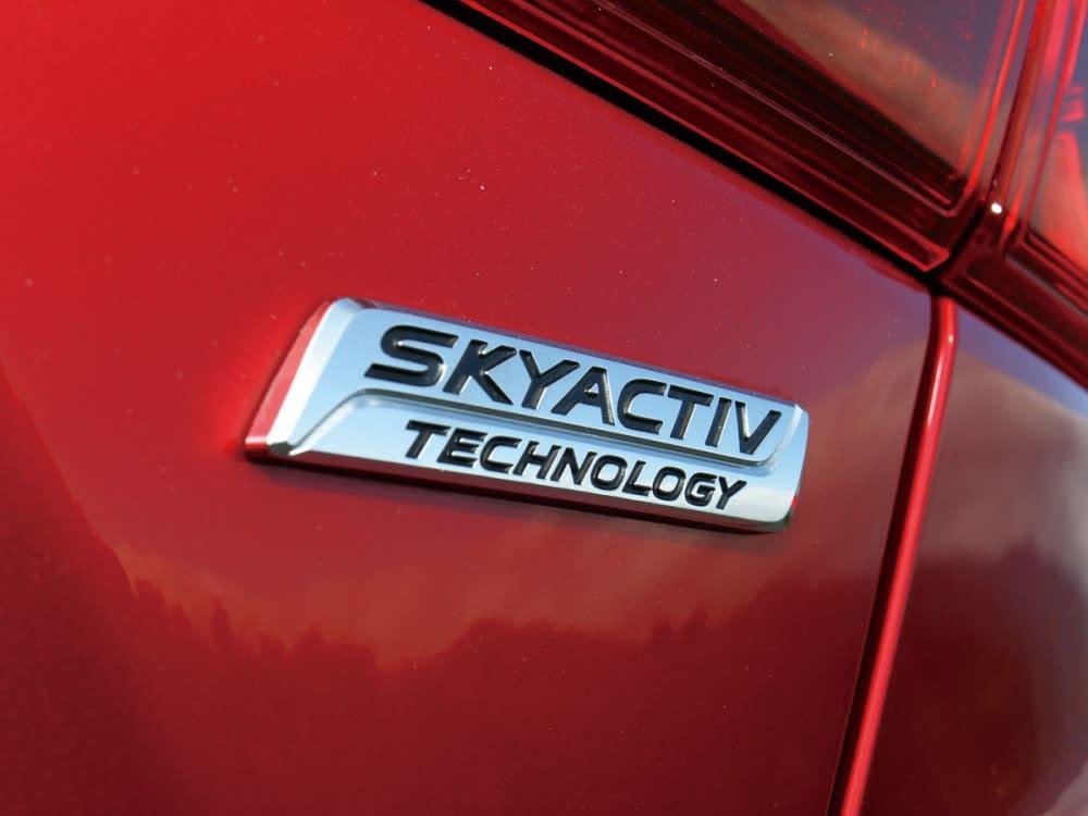 具有Skyactiv字樣的鍍鉻銘牌,將驕傲的引擎技術別於車尾,強調其身分。
