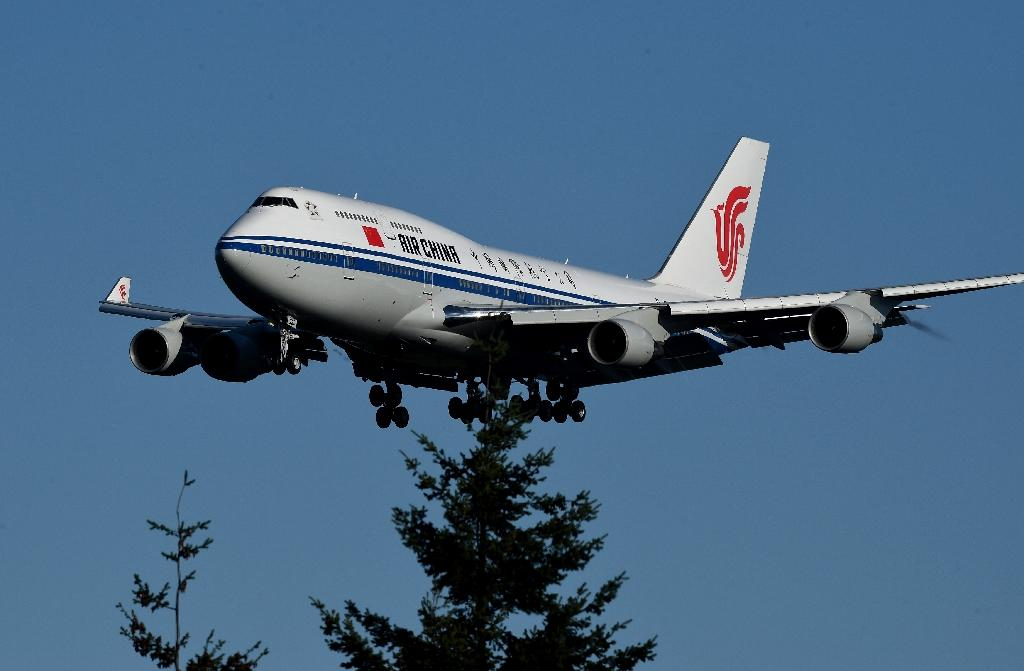 Chinese President Xi Jinping arrives on a Air China Boeing 747-400 for a one week visit to the United States, at Boeing's Paine Field in Seattle, Washington, on September 22, 2015 (AFP Photo/Mark Ralston)