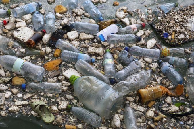 Científicos producen por accidente una enzima que devora el plástico