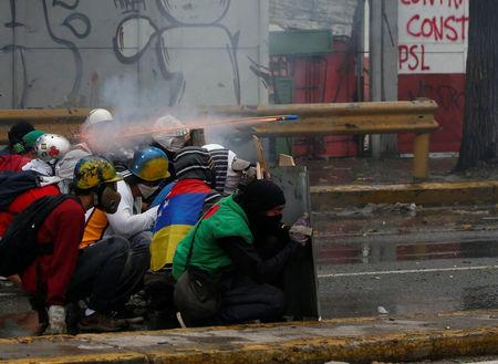 Demonstrators clash with riot security forces while rallying against Venezuela's President Nicolas Maduro's government in Caracas, Venezuela, July 28, 2017. REUTERS/Carlos Garcia Rawlins