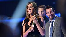 Jennifer Aniston Jokes About Salary At People's Choice Awards