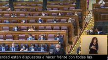 Garriga se dirige directamente a Casado... y las cámaras pillan al líder del PP haciendo esto