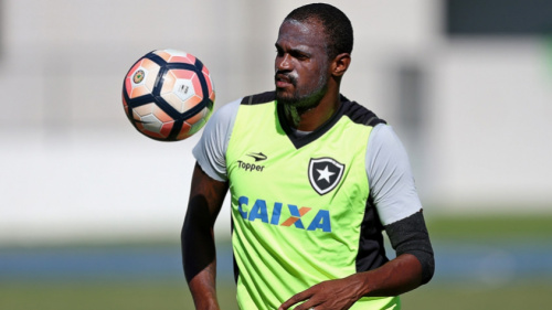 Airton treina com bola e deve voltar ao Botafogo no jogo contra o Sport