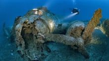 Casi intacto: un buzo logra fotografiar un avión de la Segunda Guerra Mundial en el fondo del mar