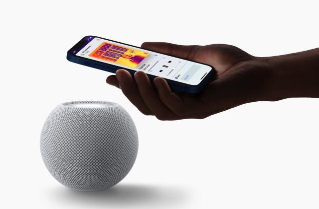 竞彩足球app官方版's HomePod mini is a smaller, spherical smart speaker