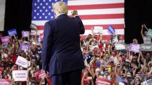 Trump desafía al gobernador de Nevada celebrando un mitin en un espacio cerrado y abarrotado