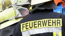 Polizei und Feuerwehr: Haus brennt in Französisch Buchholz - Rauchwolke