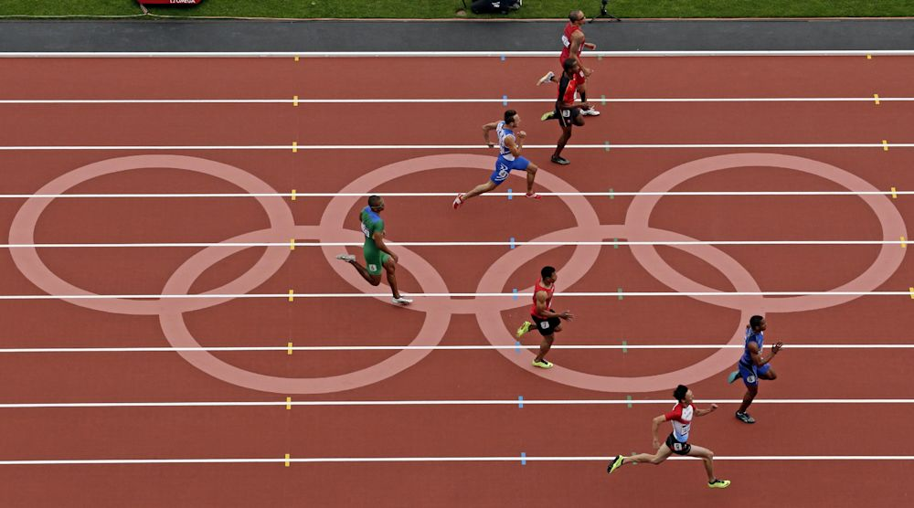 El ecuatoriano Alex Quiñónez, derecha, gana su carrera preliminar de los 200 metros en los Juegos Olímpicos de Londres el martes, 7 de agosto de 2012.  (AP Photo/Morry Gash)
