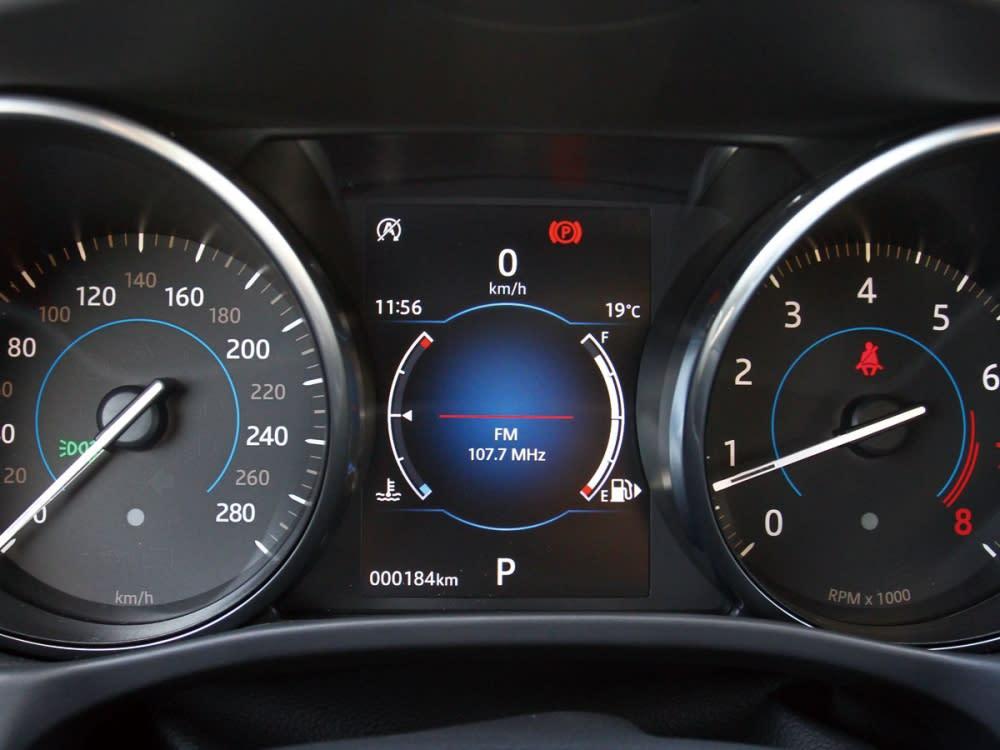 運用傳統的雙環式指針儀表整合中央螢幕,完整滿足駕駛端資訊與適閱性。