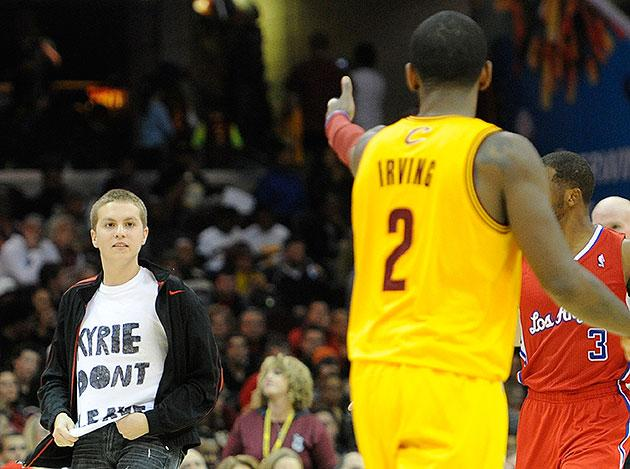 the best attitude 0c583 bb9c0 Fan wearing 'KYRIE DON'T LEAVE' T-shirt walks onto court ...