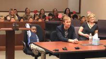 Compañeros de clase de un niño de 5 años van a su audiencia de adopción para apoyarlo