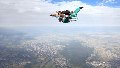 A los 102 años, una mujer se convirtió en la persona más anciana en aventarse de un paracaídas