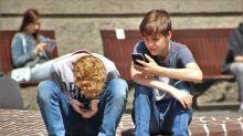 Adolescentes viciados em celular são menos felizes e mais propensos ao suicídio, diz estudo