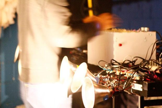 Light Hum: a pure analog theremin that converts rays into electro-grooves (video)