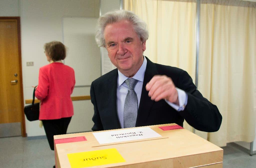 Presidential candidate David Oddsson casts his ballot at a polling station in Reykjavik, on June 25, 2016 (AFP Photo/Halldor Kolbeins )