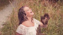 Grávida, mulher faz ensaio fotográfico coberta de abelhas