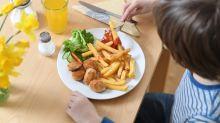 Pommes, Chips und Würstchen: Macht Junk Food blind?