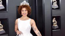 Cantante luce vestido con feto pintado para los Premios Grammys