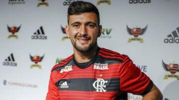 Flamengo paga 24 vezes mais por trio do que oferece a famílias