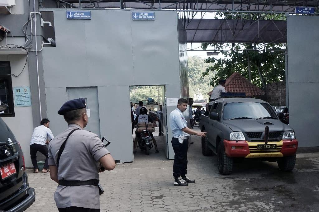 Police prepare to cross to Indonesia's highest security Nusakambangan prison on Cilacap on July 25, 2016 (AFP Photo/Bayu Nur )