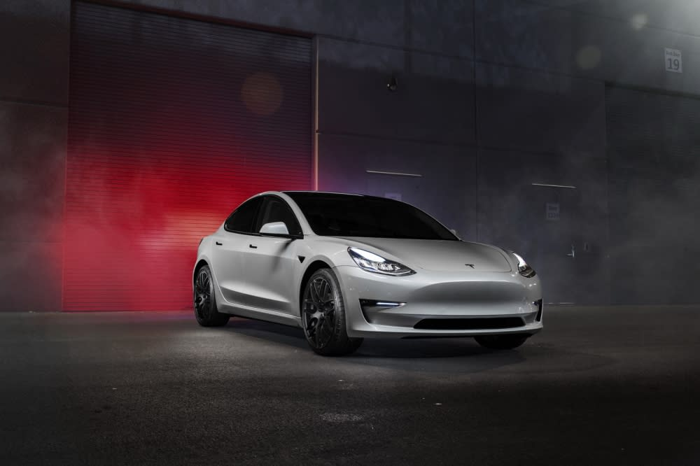 (圖片來源:http://velocitymotoring.com/tesla-model-3-gets-20-vmr-v710-wheels/)