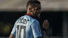 Um ano depois: Daniel Alves vira referência, mas vê pressão aumentar no São Paulo