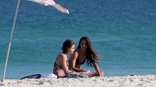 Bruna Linzmeyer e namorada são vistas em momento de carinho em praia carioca