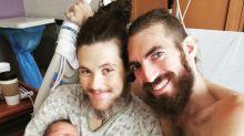 Homem trans dá à luz um menino