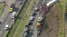 Saqueadores fazem fila para pegar carne de caminhão tombado na Régis Bittencourt