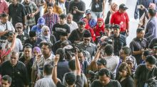 Najib's supporters allowed into Duta Court after protest