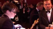 """""""¿Hacen esto cada año? No lo sabría"""", la frase viral de DiCaprio mientras graban su nombre en el Oscar (VIDEO)"""