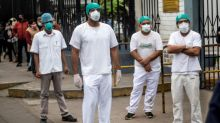 """""""El hospital parece un cementerio"""": enfermeros protestan en Perú por indefensión ante COVID-19"""