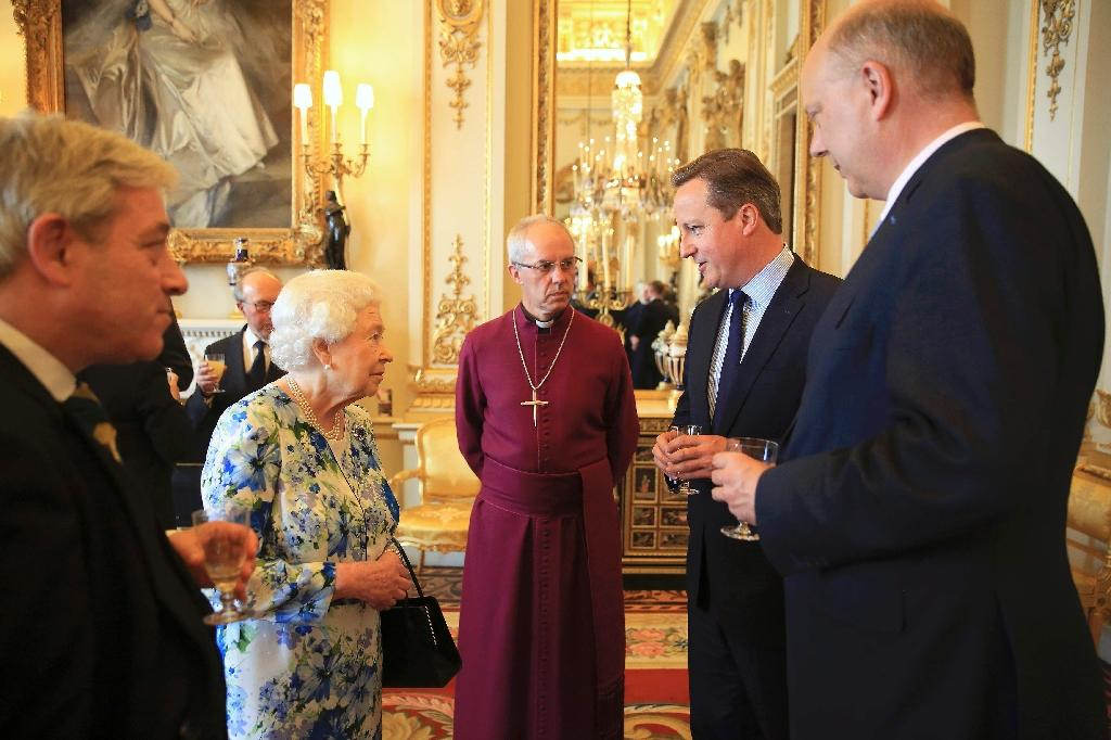 Britain's Queen Elizabeth II speaks with Prime Minister David Cameron (2nd R) during a reception at Buckingham Palace in London, on May 10, 2016 (AFP Photo/Paul Hackett)
