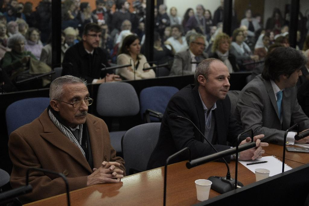 Former Argentine intelligence agent Miguel Angel Furci (L) waits to hear the sentence during the trial on Operation Condor, in Buenos Aires on May 27, 2016 (AFP Photo/Juan Mabromata)