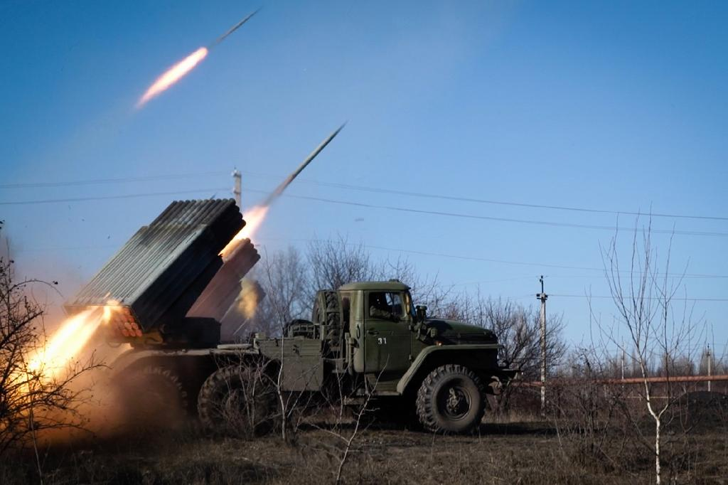 Pro-Russian rebels stationed in the eastern Ukrainian city of Gorlivka, Donetsk region, launch missiles towards Ukrainian forces in Debaltseve on February 13, 2015 (AFP Photo/Andrey Borodulin)