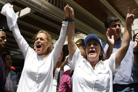 Mitzy de Ledezma (R), wife of arrested Caracas metropolitan mayor Antonio Ledezma, and Lilian Tintori, wife of jailed opposition leader Leopoldo Lopez, shout during a gathering in support of Ledezma, in Caracas Febreuary 20, 2015. REUTERS/Carlos Garcia Rawlins