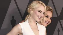 Ehren-Oscars in Hollywood: Emma Stone und Jennifer Lawrence albern auf dem roten Teppich
