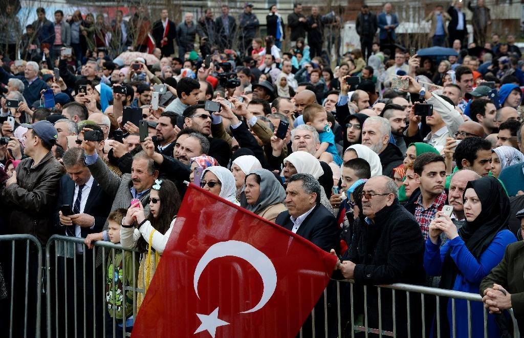 People watch as Turkey's President Recep Tayyip Erdogan inaugurates the Diyanet Islamic Cultural Center in Lanham, Maryland on April 2, 2016 (AFP Photo/Olivier Douliery)