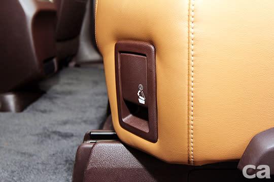 第二排座椅傾倒功能還有步驟指示。