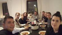 Para combater solidão, jovem convida 100 estranhos para jantar em sua casa
