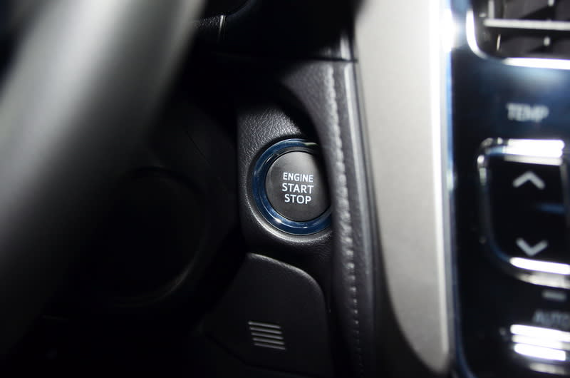 豪華款車型將Push Start引擎啟動按鈕及Smart Entry車門啟閉系統列為標配