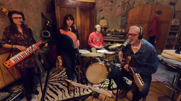 En Auvergne, il crée une chaîne de reprises de chansons françaises par des artistes locaux