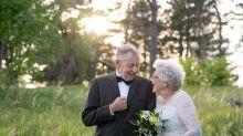 Pareja de ancianos usan sus trajes de boda originales para celebrar aniversario